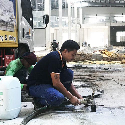 งานเกร้าท์ซีเมนต์มวลเบา ปิดอุดโพรงใต้พื้นคอนกรีต siteงานก่อสร้าง จังหวัดชลบุรี
