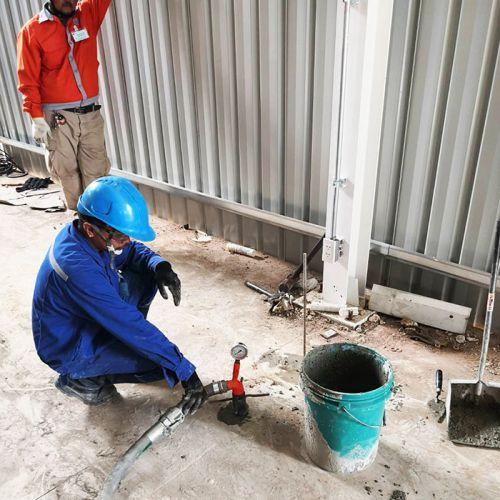 งานเกร้าท์ปิดอุดโพรงใต้พื้นคอนกรีต ด้วยซีเมนต์มวลเบา โรงงานในนิคมมาบตาพุด